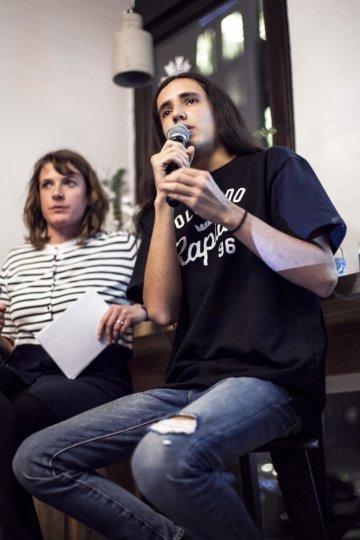 Xiuhtezcatl Martinez und ZEIT Redakteurin Laura Cwiertnia beim Unter-Freunden-Abend im ZEITCafé