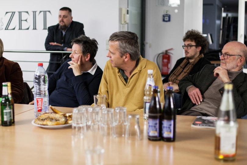 gespannte Leserinnen und Leser beim Redaktionsbesuch in Berlin
