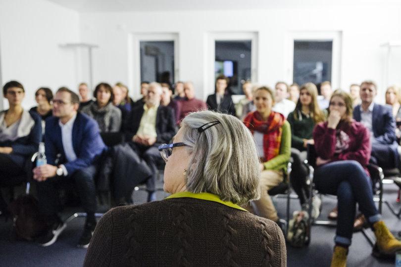 Gespannte Leserinnen und Leser beim Redaktionsbesuch in Hamburg