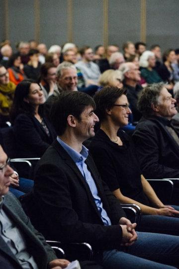 Interessierte Leserinnen und Leser beim Unter-Freunden-Abend
