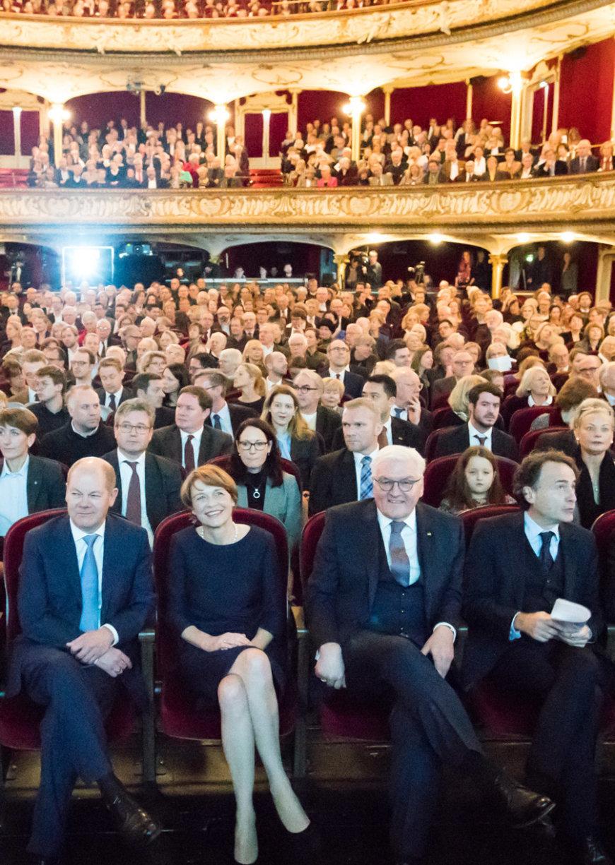 Das Publikum bei der Verleihung des Marion Dönhpff Preises mit zu den Gästen zählen unter anderen Giovanni di Lorenzo, Frank alter Steinmeier und Olaf Scholz