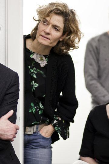 Gespannte Leserin beim Redaktionsbesuch in Zürich