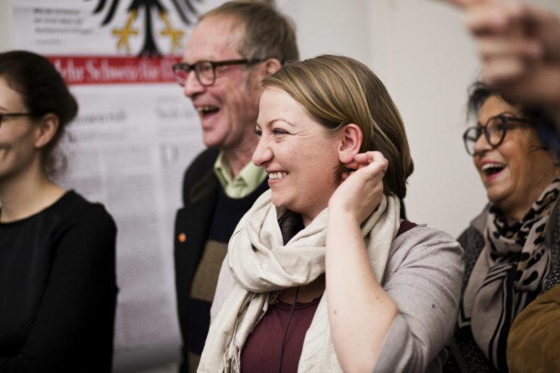 Gespannte Leserinnen und Leser beim Redaktionsbesuch in Zürich
