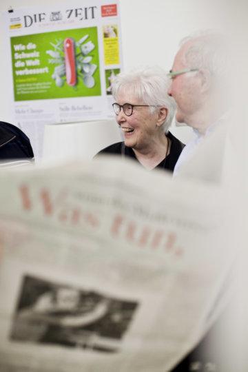 Leserinnen und Leser im Gespräch beim Redaktionsbesuch in Zürich