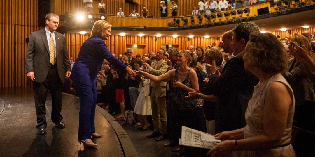 Hilary Clinton gibt Zuschauern die Hand